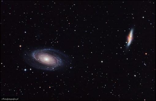 """Teleskop SkyWatcher Newton 8"""" (200/1000), zmodyfikowany 300D 20x420s., montaż Takahashi EM200. Do tej pięknej pary galaktyk wracam od trzech lat. Tak naprawdę obie galaktyki to trudne obiekty do sfotografowania. M81 otoczona jest bardzo słabym niebieskim halo, na lewo powyżej galaktyki znajduje się druga dużo słabsza galaktyka PGC 28757 zwana również Holmberg IX (o jasności pow. 16,0m. Wewnętrzne struktury galaktyki są bardzo ładne, choć trudne do pokazania, kiedy fotografujemy je DSLR ze względu na jego zbyt mała dynamikę. Z kolei """"cygaro"""", choć dużo jaśniejsze, jest trudniejsze do obrobienia ze względu na piękne """"jety"""" wystrzeliwujące z jej wnętrza. Obie galaktyki otoczone są wianuszkiem mniejszych i większych galaktyk, czyniąc z nich obiekt do fotografowania zarówno z ogniskowymi metra lub, powyżej, ale również ciekawie prezentujące się już przy ogniskowej 300mm. Ze względu na swoje położenie można je fotografować niemal przez cały rok w Polsce, choć optymalne warunki są w okresie wiosennym."""