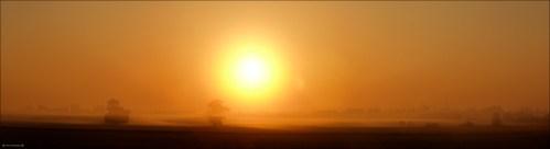 Wschód Słońca. Po prawej widać Leszno. Olympus E20.