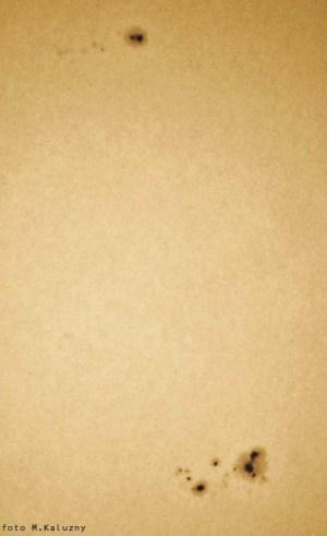 """Plamy AR9415 (na dole) oraz AR9418 (do góry). Aparat Olympus E10 czas 1/640 f:5,6, zdjęcie z projekcji okularowej na kartkę papieru, Uniwersał 13 (Cassegrain 8""""/3500)."""