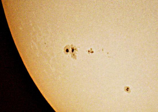 Największa grupa to AR9591 Sfotografowano aparatem Olympus E10, projekcja na kartkę papieru Cassegrain 200/3500.