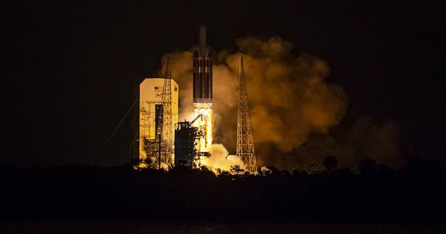 Peluncuran roket Delta IV Heavy yang membawa wahana Parker. Kredit: NASA/Bill Ingalls