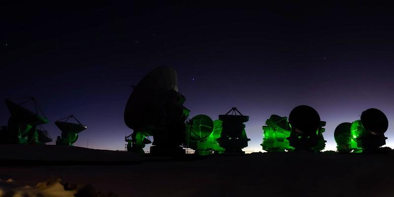 Teleskop ALMA di Gurun Atacama, Chile. Kredit: ALMA