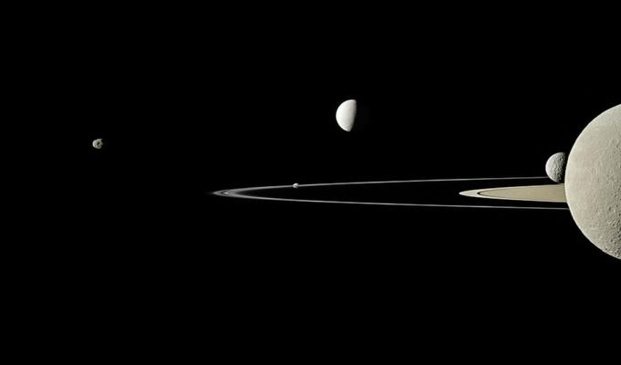 Saturnus dan satelitnya. Kredit: UNAWE