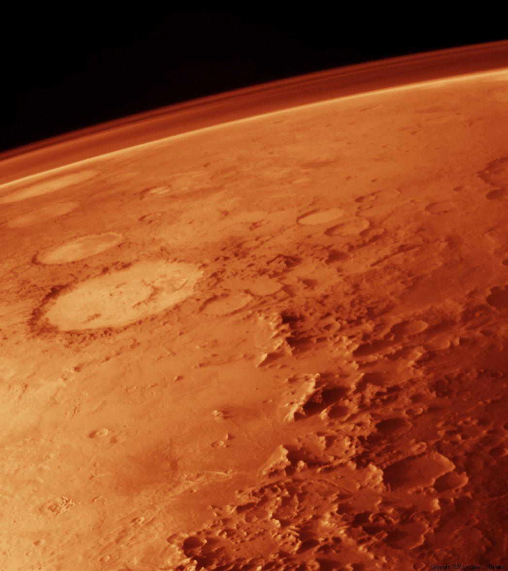 """Superfície marciana, com a cratera conhecida como """"O Sorriso de Marte"""""""