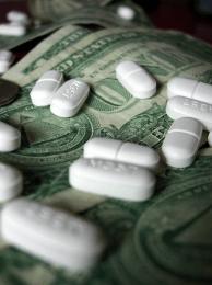De acordo com as teorias da conspiração pró-produtos naturais, apenas as farmacêuticas possuem interesses financeiros ocultos. Crédito: Bryan Chan