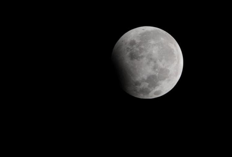Eclipse parcial da Lua a 1 de Janeiro de 2010. Crédito: Deshakalyan Chowdhury/AFP/Getty Images