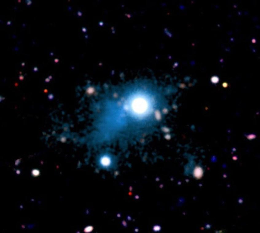 Ao centro, o quasar UM 287 faz brilhar a maior nuvem de gás alguma vez vista no Universo.