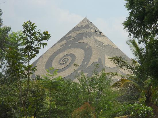 Foto da pirâmide central Gambozinium. O fotógrafo desapareceu poucos dias depois de a colocar na Internet.
