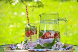 Water met een rietje en smaakje