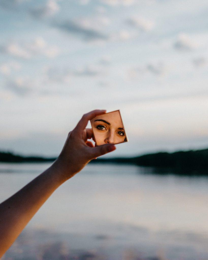 In de spiegel kijken