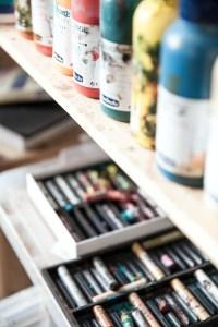 Garder don atelier d'artiste propre et rangé.