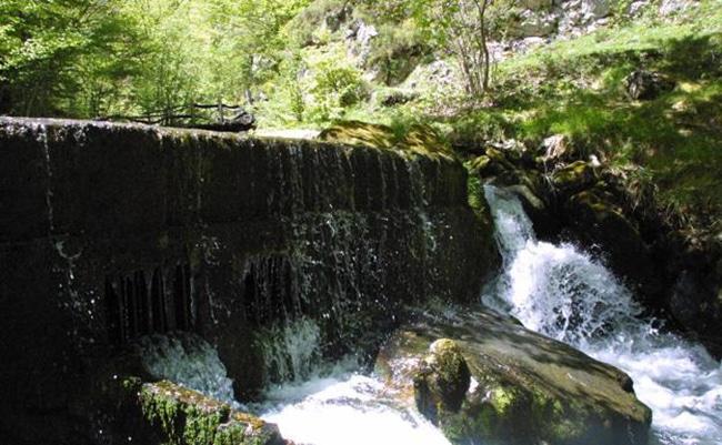 cascadas durante la ruta del desfiladero de los arrudos