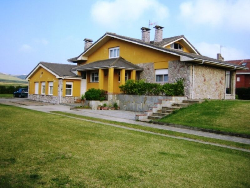 Waterfront chalet in Verdicio, Asturias.