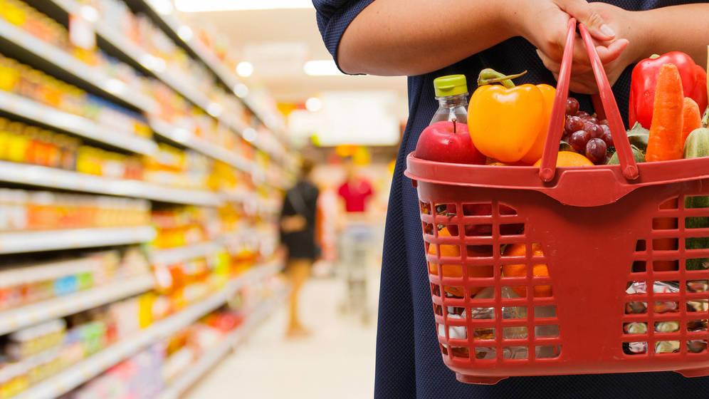 """Consell y distribuidores aseguran el abastecimiento en supermercados: """"No hay motivo para el acopio masivo"""""""