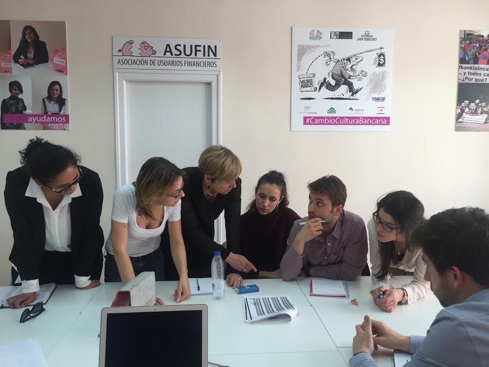 Los activistas europeos explicando las hipotecas multidivisas