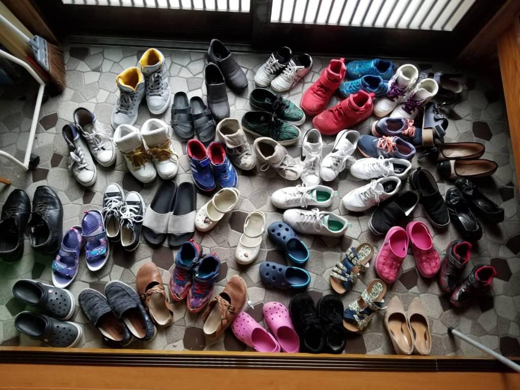 写真:「なのはなハウス」の玄関に並ぶたくさんの子どもの靴