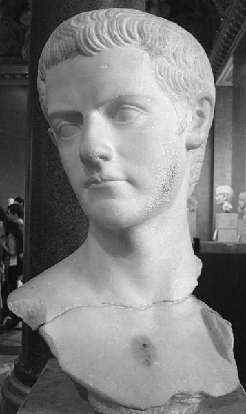 تمثال لرأس كاليجولا في متحف اللوفر