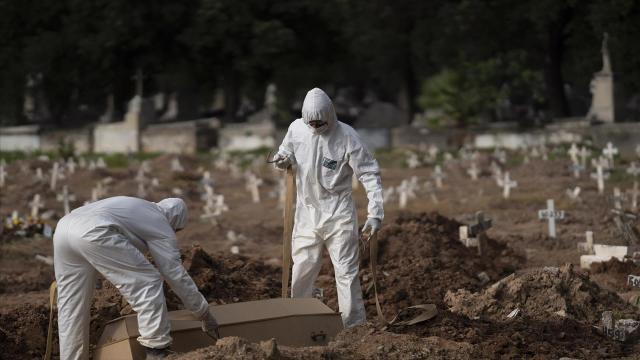 عملية دفن لإحدى ضحايا كورونا