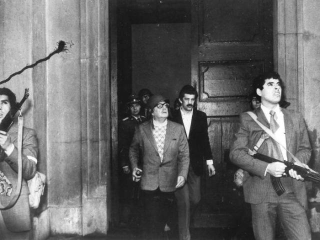 سلڤادور الليندي أثناء هجوم المتمردين على القصر الرئاسي ورفضه الهرب أو الاستسلام