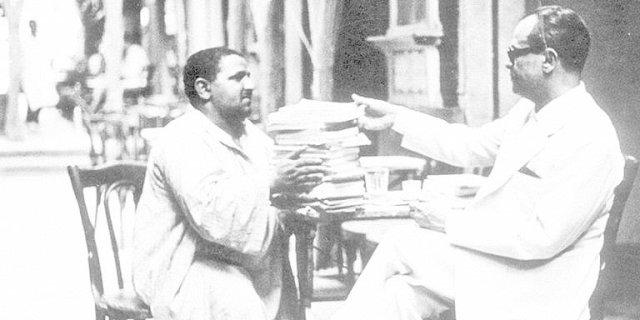 نجيب محفوظ يشتري كتبًا من بائع متجول