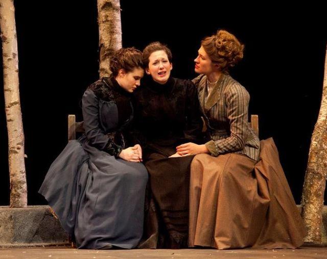إحدى عروض مسرحية الشقيقات الثلاثة