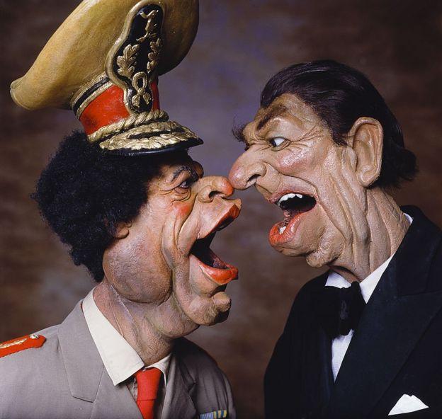رسم كاريكاتوري للرئيس الأمريكي الراحل رونالد ريغان والزعيم الليبي الراحل معمر القذافي حاول تصوير حدة الحرب الكلامية بين واشنطن وطرابلس في عام 1986.