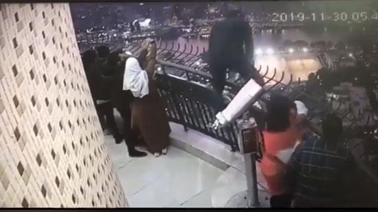 لحظة انتحار الشاب من فوق برج القاهرة