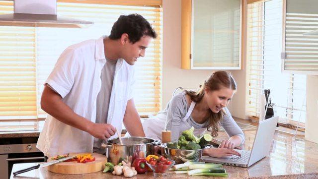 رجل وزوجته في المطبخ
