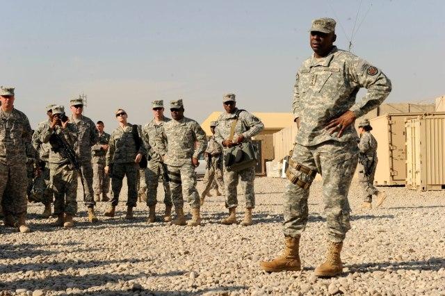 لويد أوستن يتحدث إلى جنوده في العراق