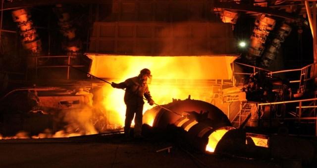 عامل في مصنع الحديد والصلب