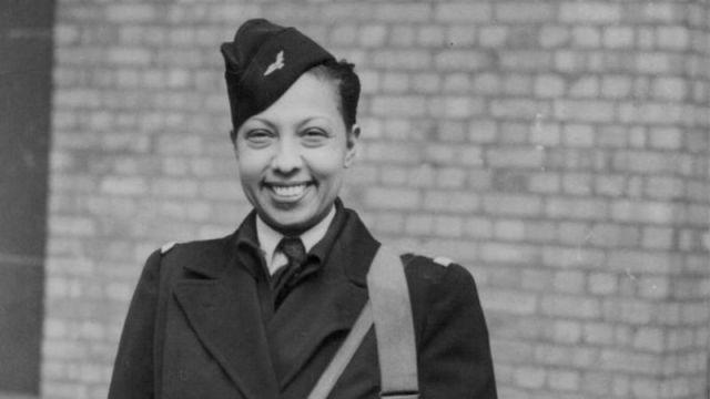 جوزفين بيكر عند وصولها إلى فندق سافوي بلندن في 25 أبريل/نيسان 1945