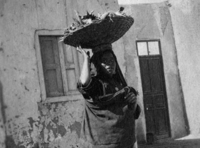 بائعة متجولة من صعيد مصر سنة 1917 م