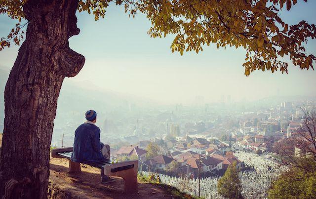 رجل يجلس وحيدًا