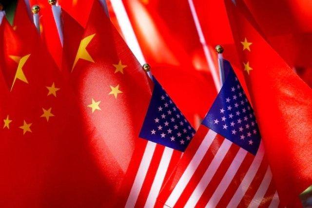 عرض العلمين الأمريكي والصيني معًا في بكين عام 2018