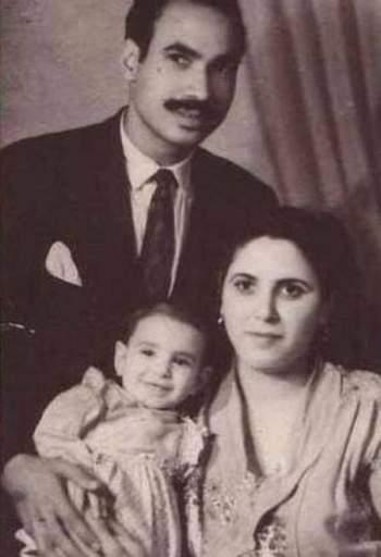 الطفلة سعاد حسني ووالديها