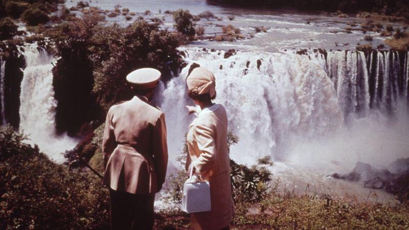 إليزابيث الثانية ملكة بريطانيا الحالية برفقة امبراطور إثيوبيا الراحل هيلا سيلاسي عن منبع النيل الأزرق خلال زيارة للملكة إلى إثيوبيا في شهر فبراير عام 1965