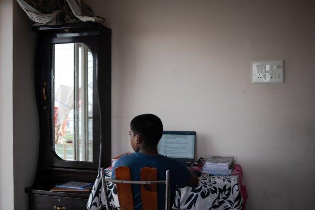 جي. ساتويك ريدي ينهي واجباته المدرسية في المنزل الذي يتقاسمه مع أخته وأجداده