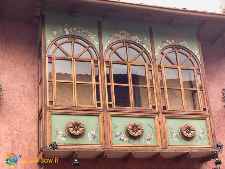 Some enclose their balconies in Cuenca but not without the same details.