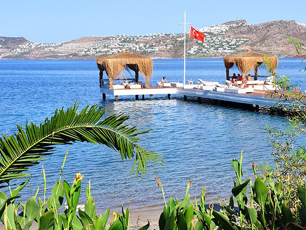 Take advantage of the beach platforms for easy access to the warm turquoise sea
