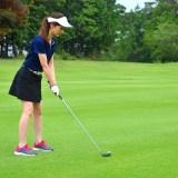セカンドショットを打つ女子ゴルファー
