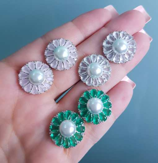 Brinco luxo Flor com pétalas de zircônia verde e pérola em banho de ródio-0