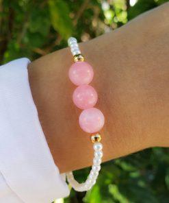 Pulseira com pérola de vidro e jade rosa em banho de ouro 18k