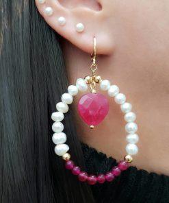 Argola com Coração de Jade Rosa Pink, pérola de água doce e jade pink em banho de ouro 18k