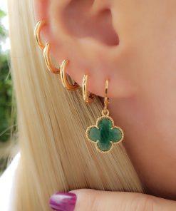 Argola com Flor de zircônia verde em banho de ouro 18k