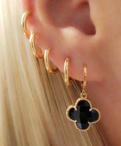 Argola com Flor de zircônia negra em banho de ouro 18k