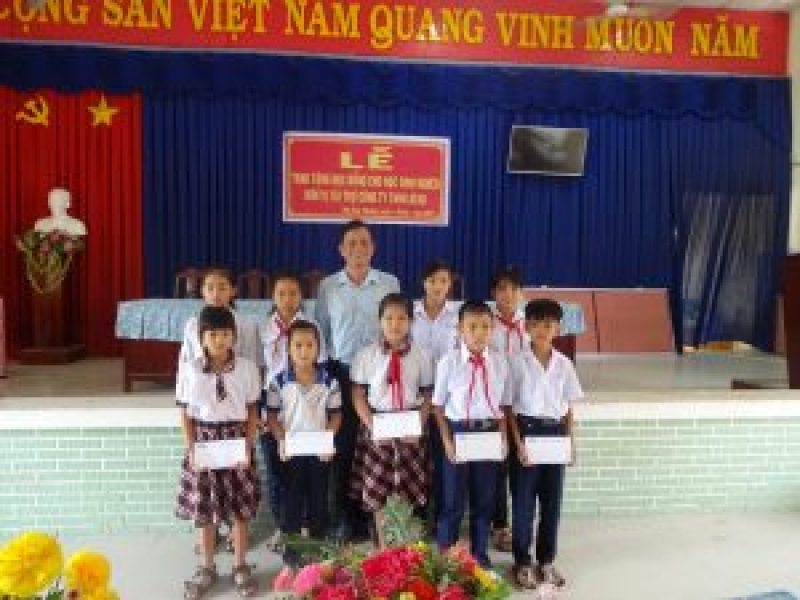 Mr. Doan Van Anh - Long An factory manager presented scholarship for students