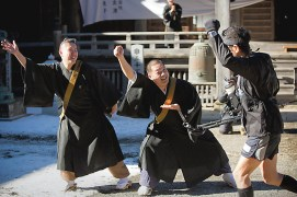 Priests from Keishin-in Temple, the race sponsor, enthusiastically cheer on runners at the midway turning point of the race.