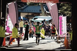 The long race comes to an end, returning to the same place where it began, at the Sanmon Gate at Minobusan Kuonji Temple.