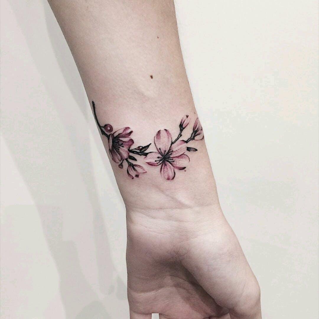 Feminine flower armband wrist tattoo ideas