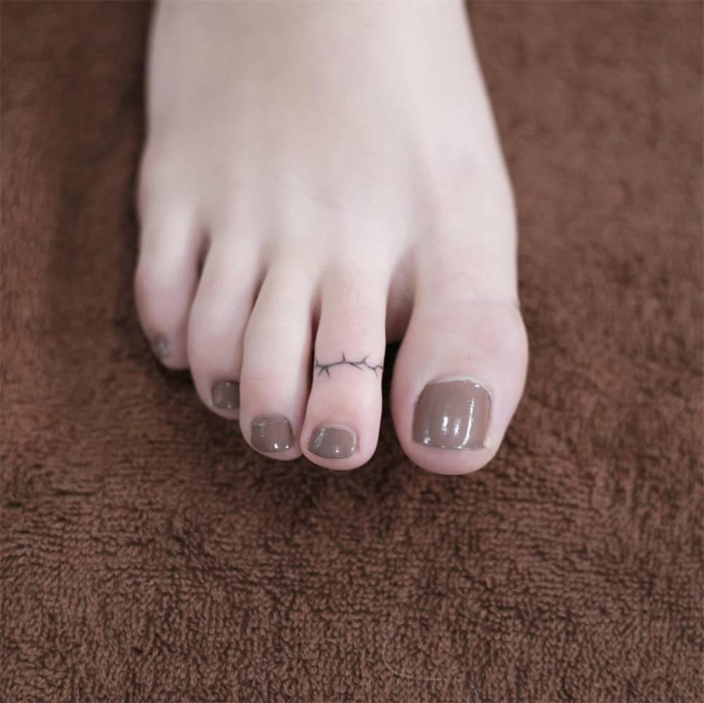 Barbed ring toe tattoo design